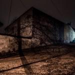 Podwórko w małym miasteczku nocą, fot. Piotr Kubic