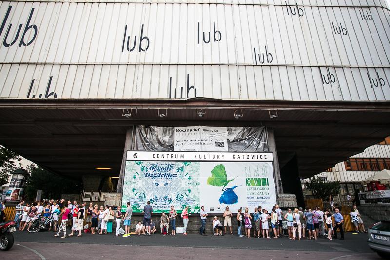 Centrum Kultury Katowice, widzowie w kolejce do wejścia na widownię