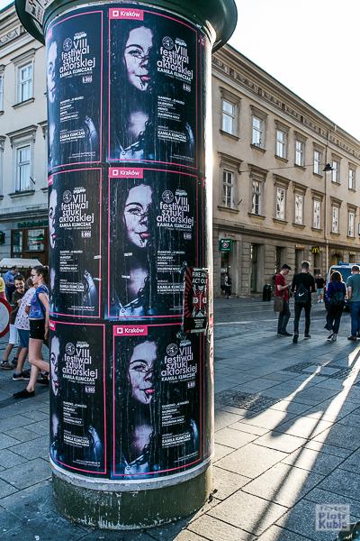 Plakaty w Krakowie, na zdjęciu Kamila Klimczak w obiektywie Piotra Kubica